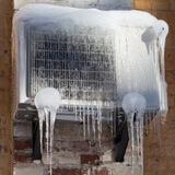 Как да размразим климатика